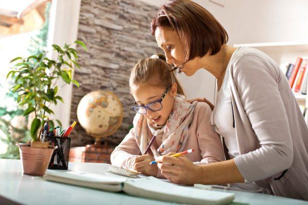 Мама с дочерью делает уроки