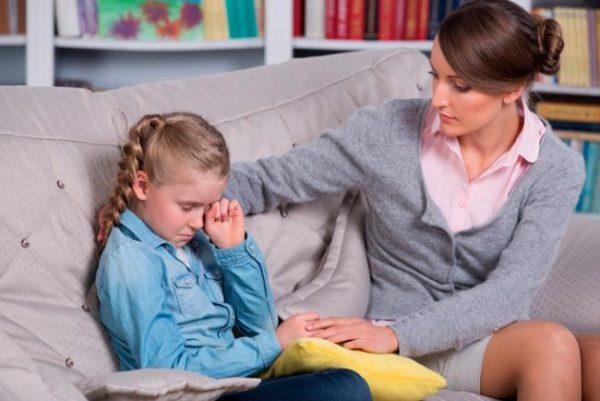 Мама разговаривает с плачущей дочкой