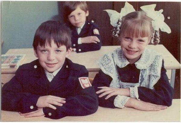 Дети в старой школьной форме