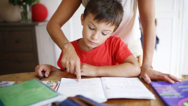 Ребенку объясняют урок
