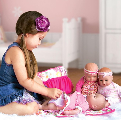 Девочка играет с куклами