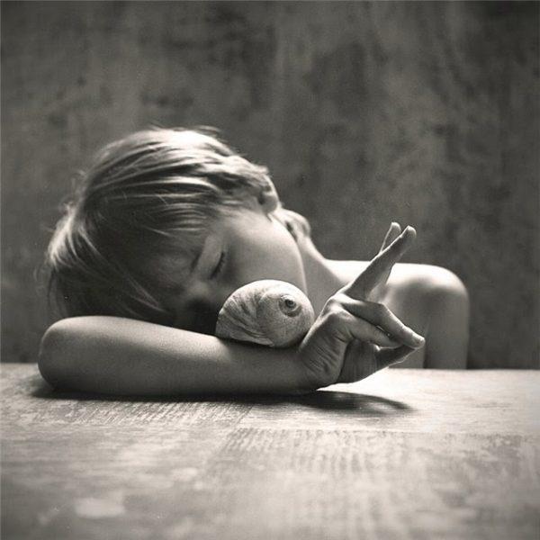 Ребёнок изображает улитку