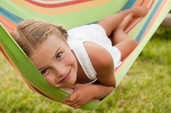 Девочка отдыхает в гамаке