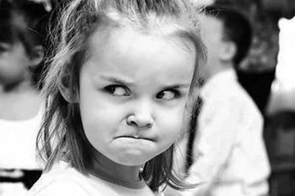 Девочка сердится на родителей