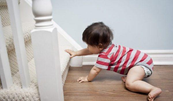 Ребенок ползет к лестнице