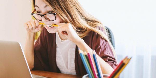 Студентка учит предмет