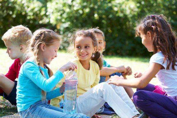 Дети проводят время вместе