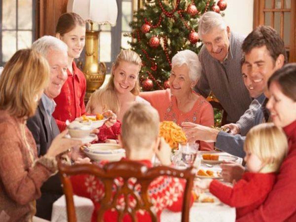 Счастливая семья за праздничным столом