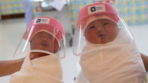 Младенцы близняшки