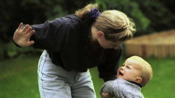 Мама шлепает малыша