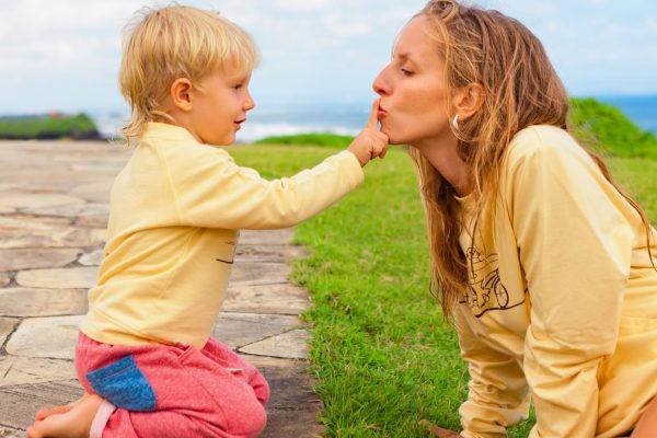 Мама целут ребенка