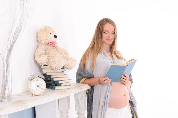Беременная читает книгу
