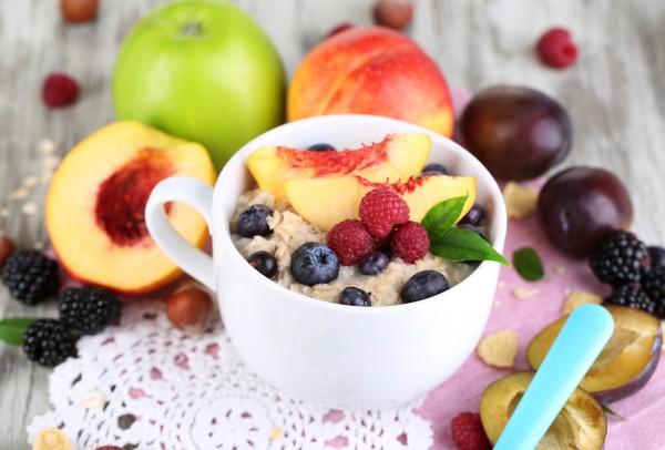 Овсянка с фруктами и ягодами