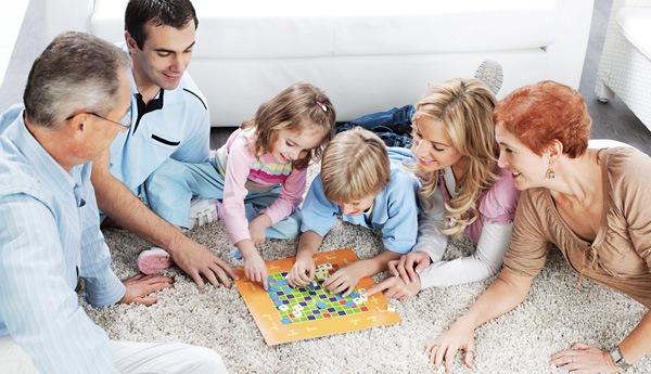 Дети играют со всей семьей
