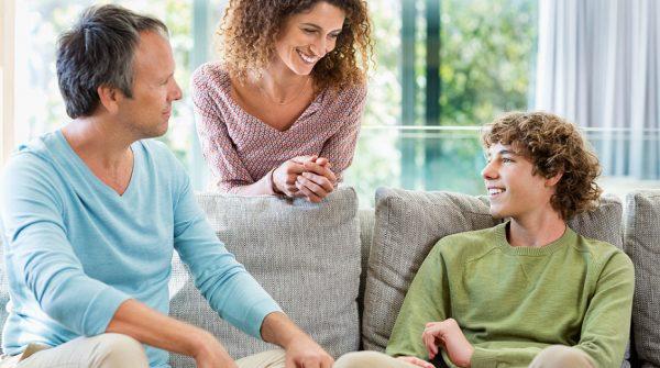 Родители общаются с сыном