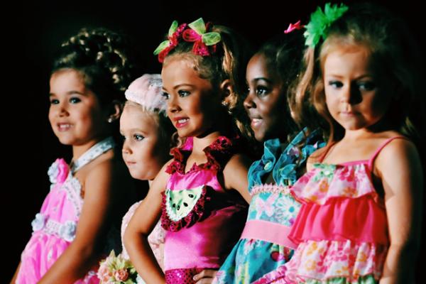 Девочки на конкурсе красоты