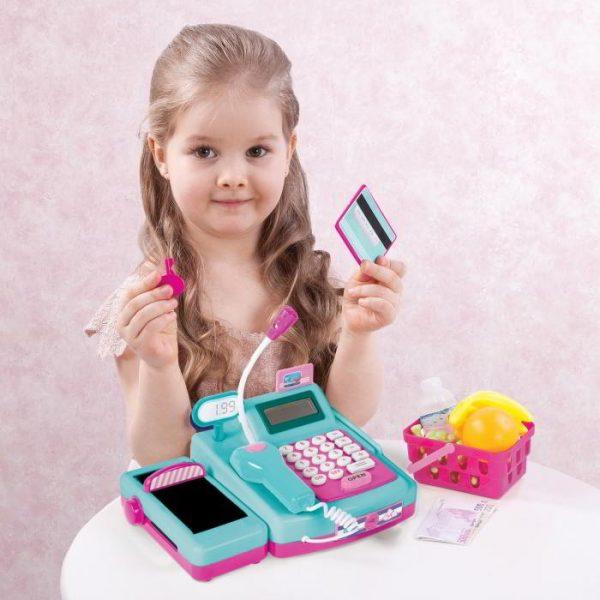 Девочка играет с игрушечной кассой