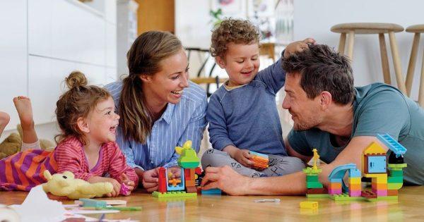 Родители играют с детьми в конструктор