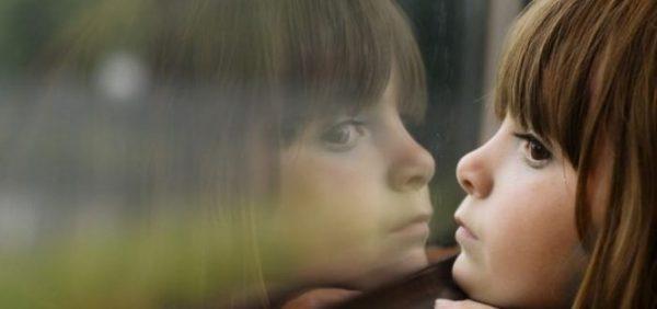 Девочка смотрит в окно