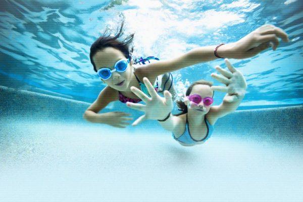 Две девочки в бассейне