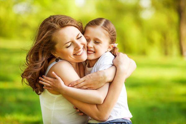 Ребенка обнимает мама