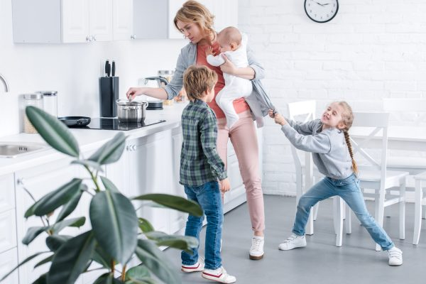 Дети требуют от мамы внимания