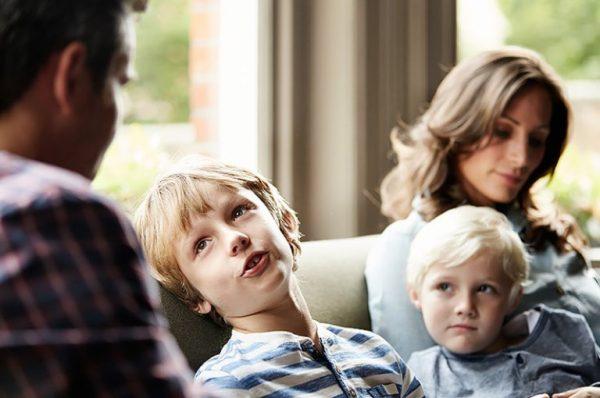 Родители говорят с ребенком