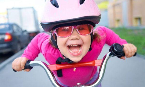 Девочка едет на велосипеде