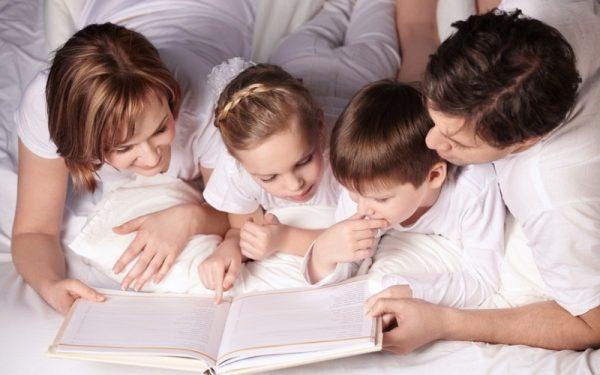 Родители с детьми читают книгу
