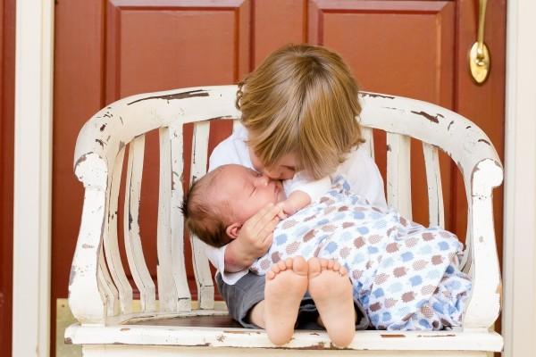 Малыш целует новорожденного