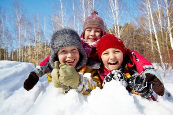 Дети смеются на снегу