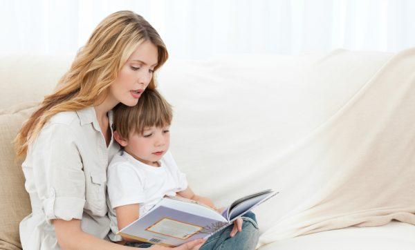 Мама читает сыну