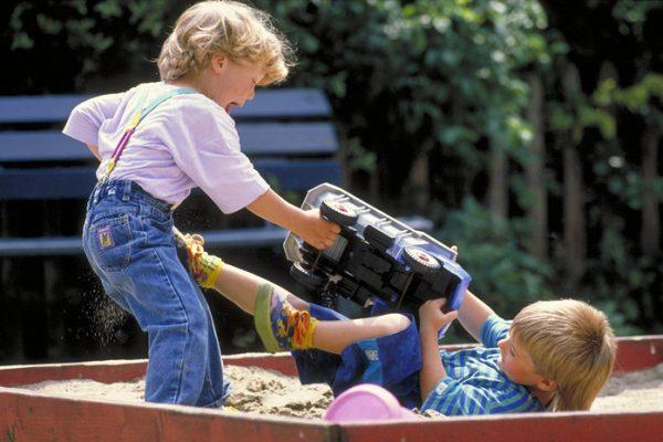 Мальчики дерутся из-за машинки