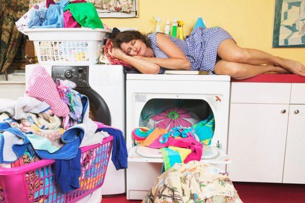 Уставшая мама спит на стиральной машинке