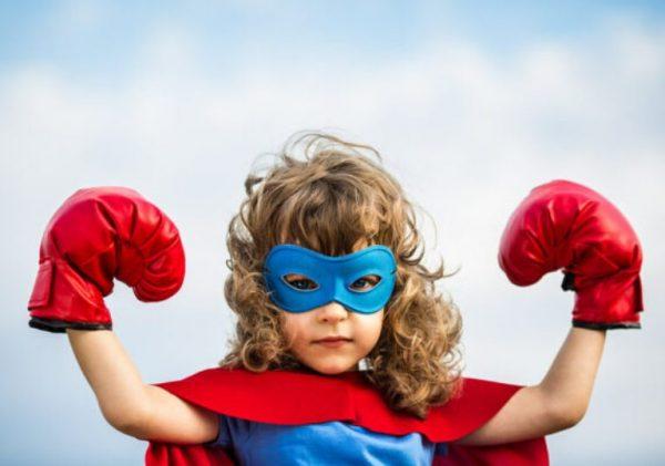 Девочка в костюме супергероя