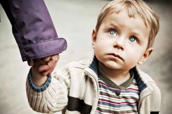Ребенок смотрит на взрослого