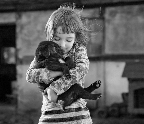 Девочка держит собаку
