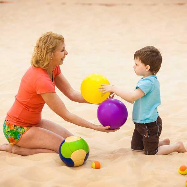 Мама играет с ребенком в мяч
