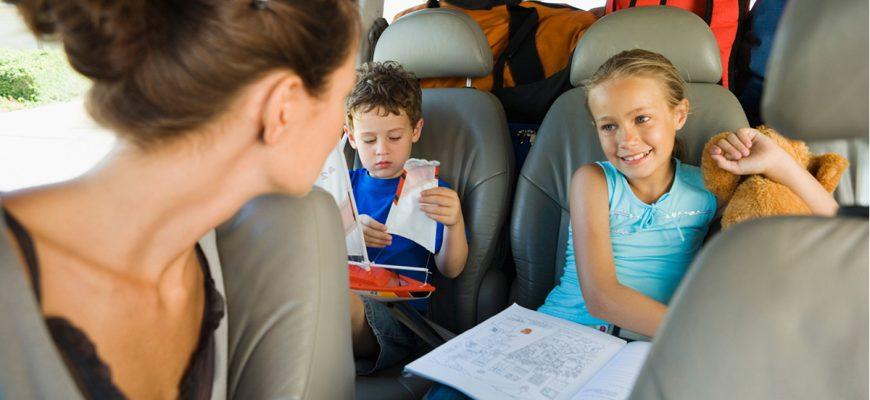 мама и двое детей в машине