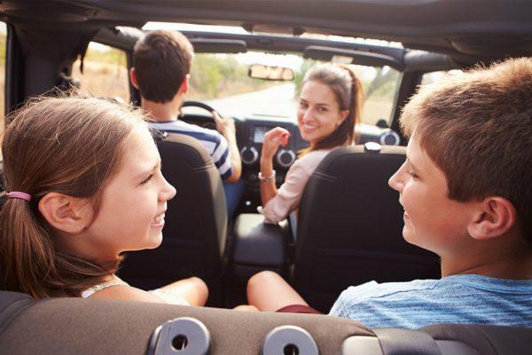 Родители и двое детей в машине