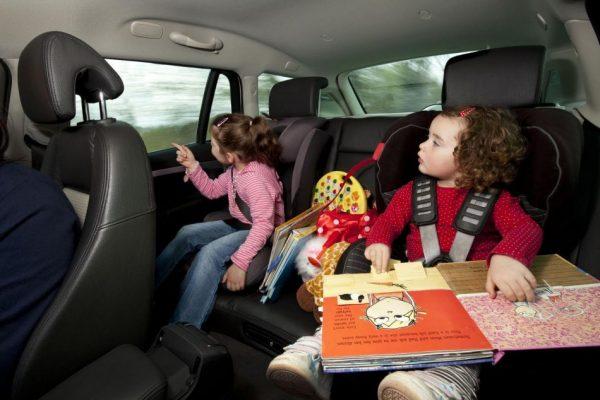 девочки на заднем сидении авто