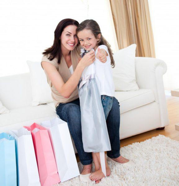 мама дарит дочери платье
