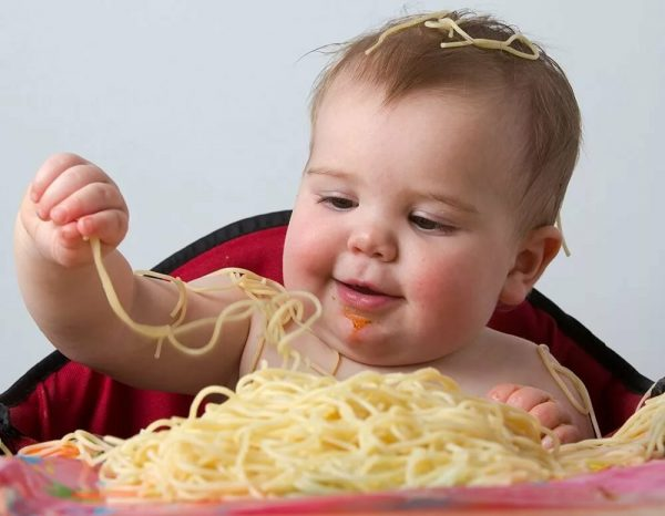 малыш ест макароны