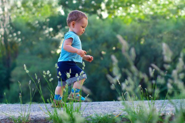 малыш ходит