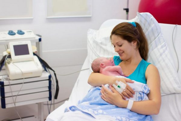Мама с младенцем в палате