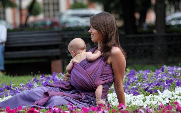 мама с малышом в слинге