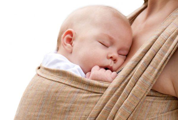 младенец в слинге