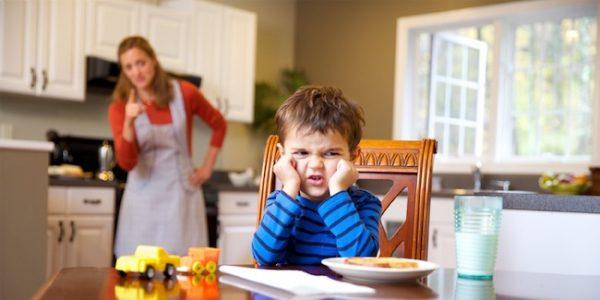 Мама отчитывает непослушного сына