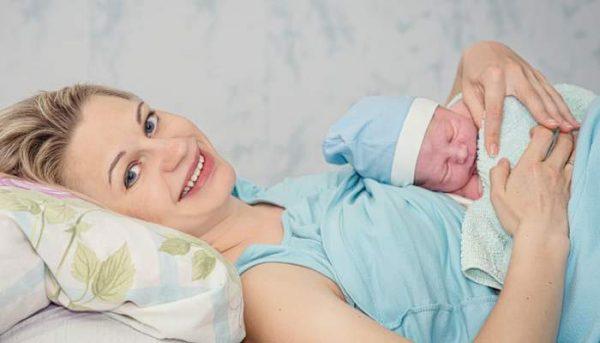 Мама с младенцем в роддоме