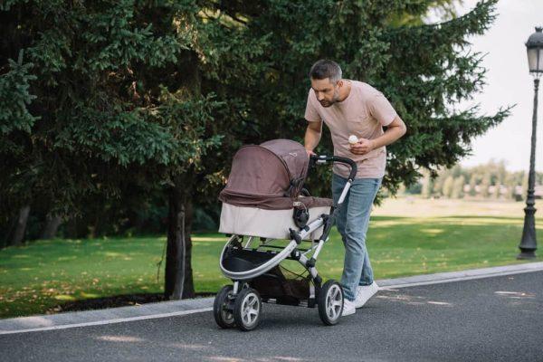 папа на прогулке с коляской